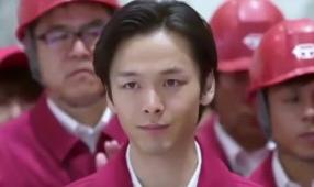中村倫也がドラマ「下町ロケット」の浅木捷平役で赤い服を着てこっちを見ている画像