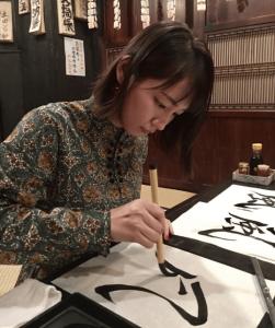 吉岡里帆が特技で8段の書道で風という字を書いている画像