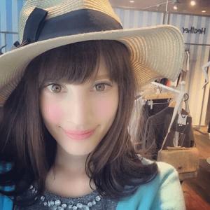 大濠ハンナさんが麦わら帽子をかぶって青い服を着ている自撮り画像