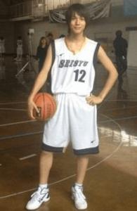 中川大志がバスケのユニフォームを着てバスケットボールを持っている画像