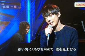 高橋一生がマイクを持ちながらピアノの伴奏に合わせてTHE BOOMの曲を歌っている画像