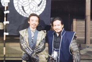 NHK大河ドラマ「軍師官兵衛」の役の格好をした高橋一生と岡田准一が並んでこっちを見ている画像