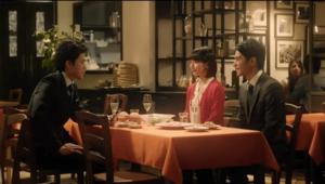 吉岡里帆と小栗旬と中村蒼がパワプロのCMでテーブルに座っている画像