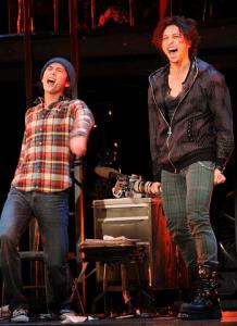 中村倫也が舞台「RENT」で賀来賢人と二人で並んで大声で歌っている画像