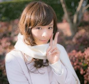 中村倫也がドラマ「お義父さんと呼ばせて」の葉理男役で女装姿になり顔の横でピースサインをしている画像