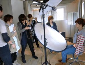 千葉雄大が専属モデルを務めていた人気ファッション雑誌CHOKICHOKIの撮影をしている画像