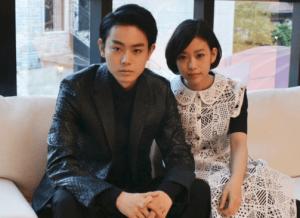 菅田将暉と森川葵がソファーに座ってこっちを見ている画像