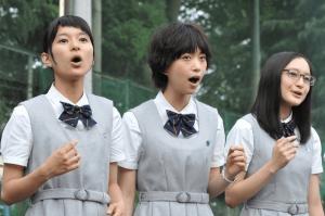 森川葵が学制服を着て皆と一緒に歌っている画像