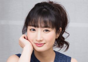 武田梨奈が頬杖を付きながら笑顔でこっちを見つめている画像