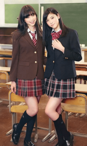 中条あやみと三吉彩花が女子高生の制服を着ている画像