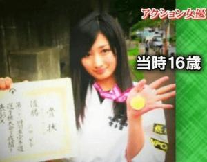武田梨奈が高校生の時に空手の大会で優勝した時に撮った金メダルと表彰状を持っている写真の画像