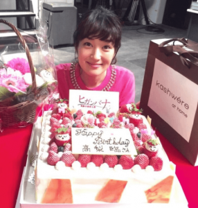 高梨臨がいちごの誕生日ケーキの前で写真を撮った画像
