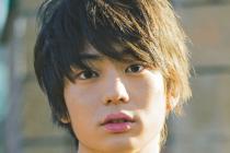 モデル兼俳優の健太郎がこっちを見ている画像