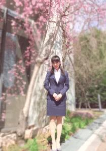 平祐奈がスーツを着て大学で写真を撮ってブログにアップした写真の画像1