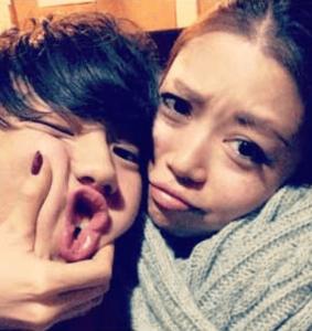 モデル兼俳優の健太郎が姉のインスタで一緒に写真に映っている画像2