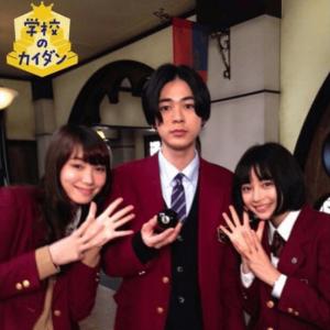 成田凌が学校のカイダンで広瀬すずと飯豊まりえと一緒に写真を撮っている画像
