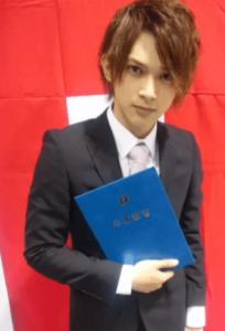 吉沢亮が高校の卒業式で卒業証書を持って写真を撮った画像