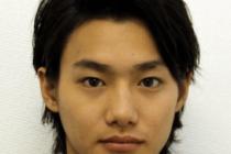 野村周平が黒いジャケットを羽織ってこっちを見ている画像