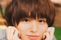 伊野尾慧がかわいい感じで頬杖をついてこっちを見ている画像