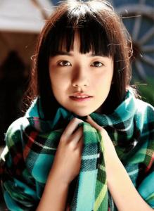 小島藤子がチェックのスカーフ(マフラー)を首に巻いてこっちを見つめている可愛い画像