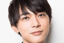吉沢亮がスーツを着て笑顔でこっちを見ている画像