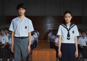 藤野涼子がソロモンの偽証で上原和彦役の板垣瑞生と一緒に立って映ってる画像