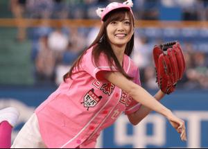 白石麻衣がピンクのユニフォームを着てソフトボールを投げている画像