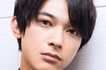 吉沢亮がこっちを見つめている画像