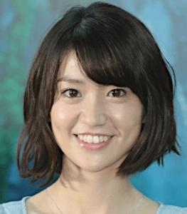 大島優子が青いワンピースを着てこっちを見ている画像