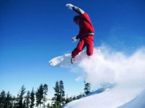 野村周平がスノーボード(スノボ)でジャンプしている画像