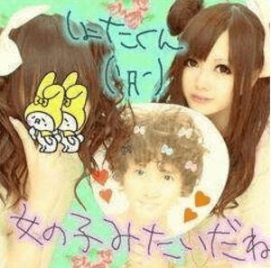 乃木坂46に入る前の白石麻衣が安田章大のうちわを持っているプリクラの画像
