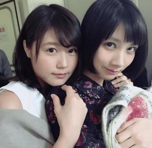 所属事務所「フラーム」の先輩女優有村架純が妹分で後輩の松本穂香に背中から抱きついている写真の画像