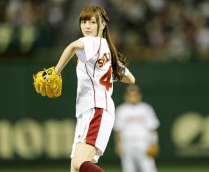 白石麻衣が始球式でボールを投げている画像