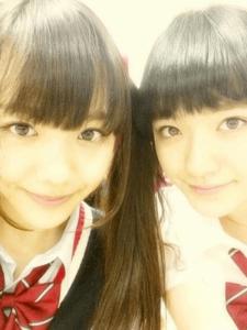 小島藤子が似てると言われている松井愛莉と一緒に写真を撮っている画像