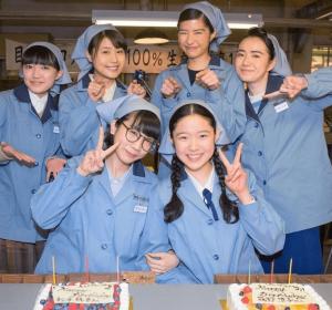 朝ドラ「ひよっこ」に出演中の女優・有村架純と松本穂香と小島藤子と藤野涼子と八木優希たちが一緒に写真を撮っている画像