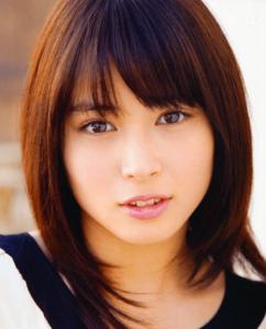 広瀬すずの姉の女優の広瀬アリスがこっちを見ている画像