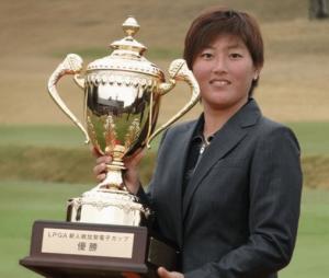 プロゴルファー工藤遥加(元プロ野球選手の工藤公康の娘で、若手イケメン俳優の工藤阿須加の妹)が優勝してトロフィーを持っている写真の画像