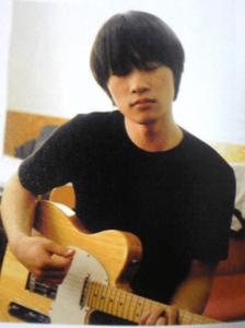 ロックバンド「Base Ball Bear」のギターボーカルの小出祐介がギターを弾いている写真の画像