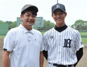 若手イケメン俳優の工藤阿須加がドラマ「ルーズヴェルト・ゲーム」での野球のユニフォームを着て、父親の元プロ野球選手工藤公康と一緒に写真を撮っている画像