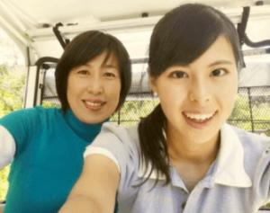 阿部桃子(ミスユニバース日本代表・プロゴルフ)が母親でプロゴルファー阿部まさ子と一緒に写真を撮っている画像