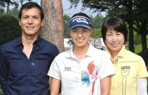阿部桃子・阿部祐二・阿部まさ子がゴルフ場で一緒に写真を撮っている画像1