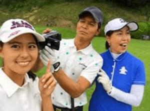 阿部桃子・阿部祐二・阿部まさ子がゴルフ場で一緒に写真を撮っている画像2
