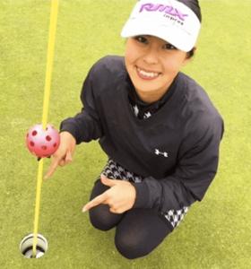 阿部桃子(ミスユニバース日本代表・プロゴルフ)がゴルフのグリーン上でホールを指差しているかわいい写真画像