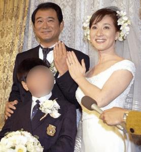 松居一代と船越英一郎が結婚して息子と一緒に笑顔で写真を撮られている画像1