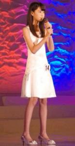 高橋ひかるが第14回国民的美少女コンテストの歌唱審査の時に沢尻エリカのタイヨウのうたを歌っている写真画像