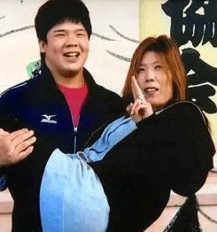 宇良(関取)がお母さんをお姫様抱っこしている写真の画像