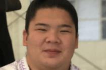 宇良(関取)が正面を向いて笑っている顔の写真の画像