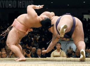 宇良が65年ぶりに決めた幻の大技「たすき反り」の写真の画像2