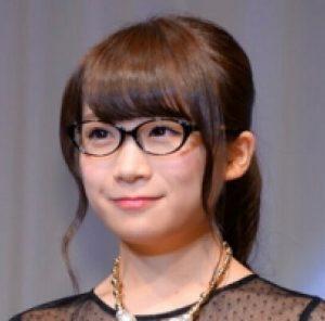 秋元真夏の伊達メガネがかわいい画像